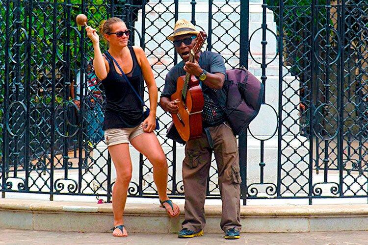 Tourist singing and dancing along in Havana / Cuba © Havana my way, info@havanamyway.com