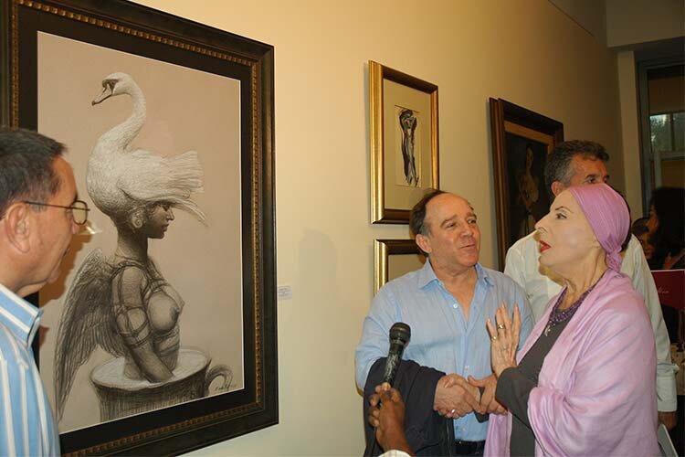 Along with Roberto Fabelo, viewing the work 'Se convirtió en cisne y voló' 2008 © Havana My Way, info@havanamyway.com
